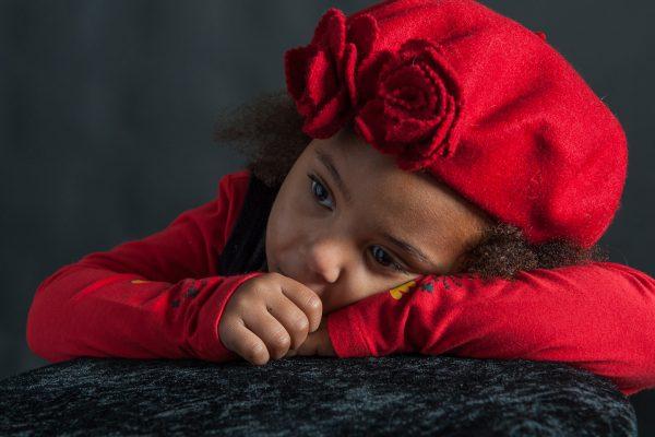 portrait studio enfant noir suce son pousse
